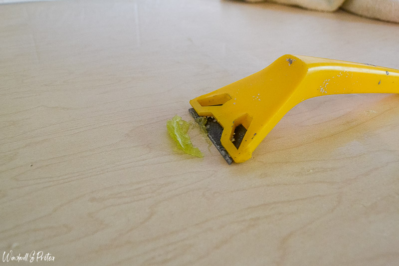 Remove glue with lemon essential oil and a paint scraper | www.windmillprotea.com